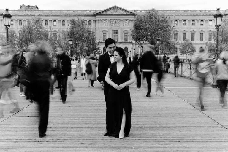 Shooting anniversaire de mariage à Paris sur le Pont des Arts